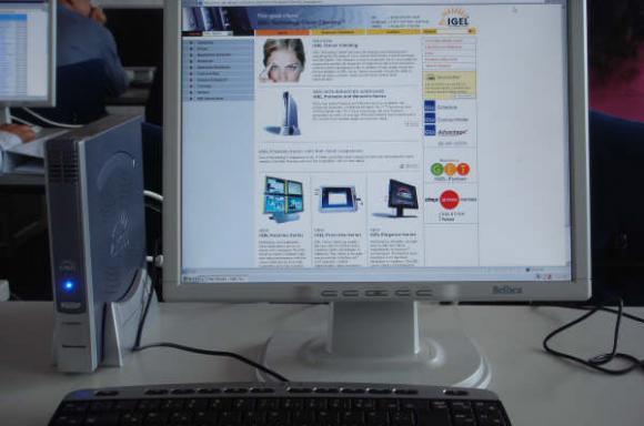 机房里的笔记本电脑